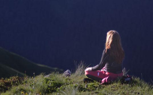 медитации и практики йоги в горах